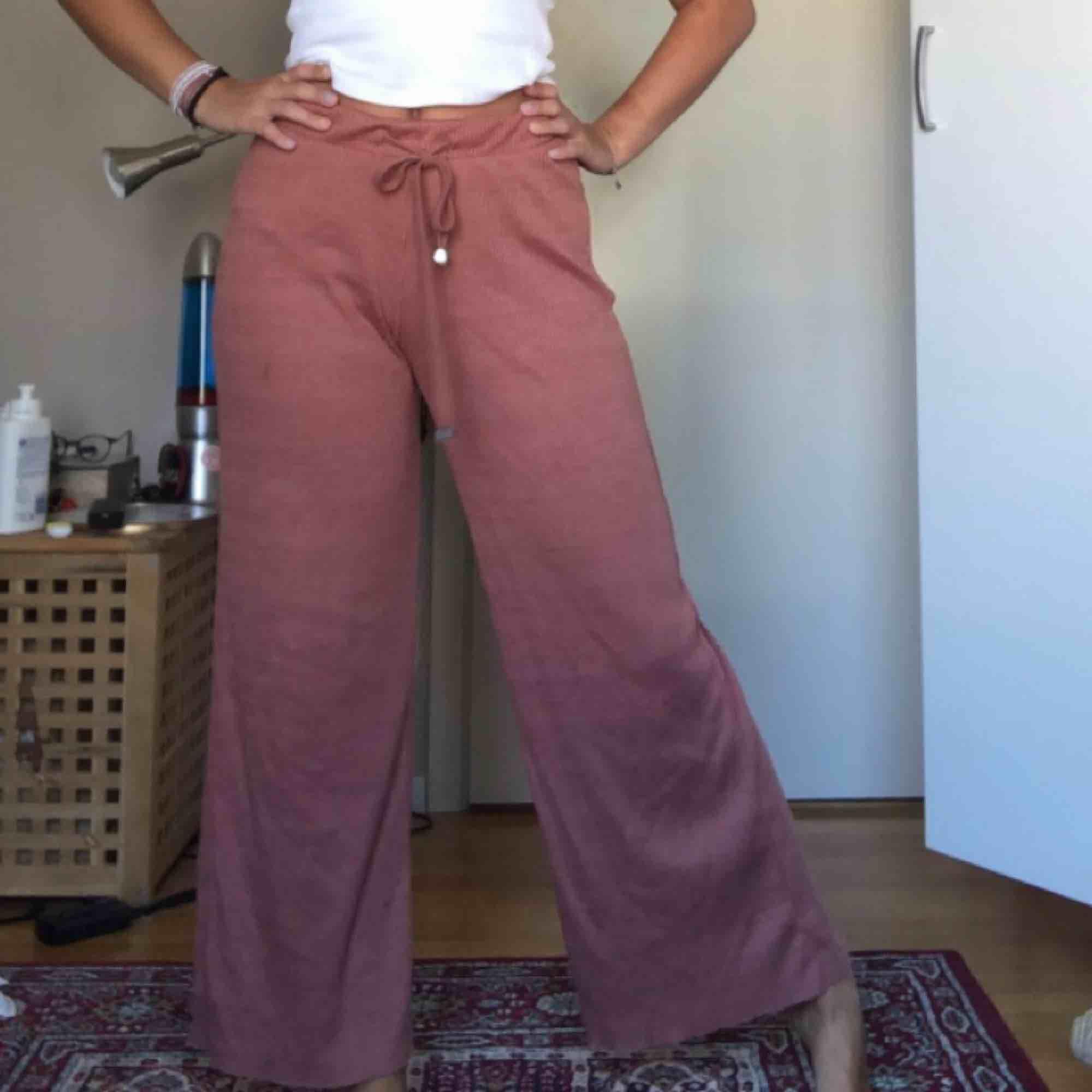 Världens skönaste och mjukaste byxor! Storlek S men passar definitivt även M då de ät stora i storleken och även väldigt töjbara. 40kr + köpare står för frakt<3 . Jeans & Byxor.