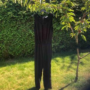 """Jumpsuit som är använd en fest, inga fläckar och inget sönder. Har en silvrig dragkedja på ryggen och fin """"lace"""" framme. Skapar en fin figur och passar bra till ett par klackar och smycken."""
