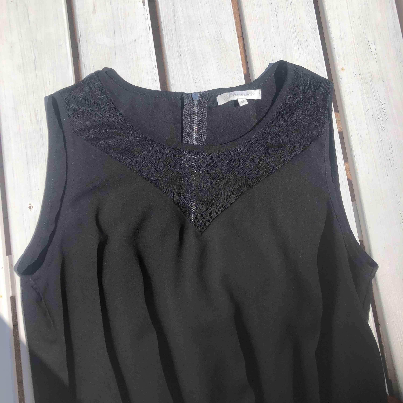 """Jumpsuit som är använd en fest, inga fläckar och inget sönder. Har en silvrig dragkedja på ryggen och fin """"lace"""" framme. Skapar en fin figur och passar bra till ett par klackar och smycken. . Klänningar."""