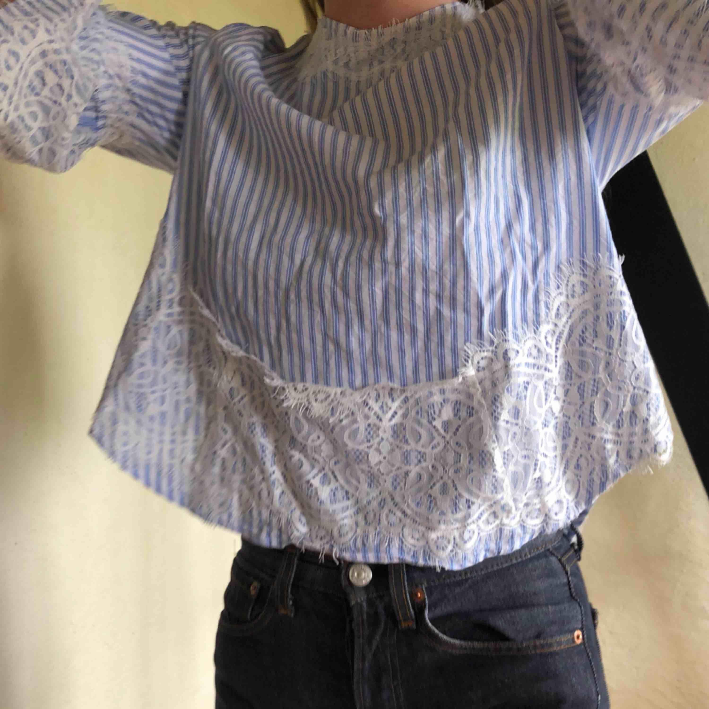 Blus från Zara i väldigt bra skick som sitter superfint. Knyte där bak vid nacken. . Blusar.