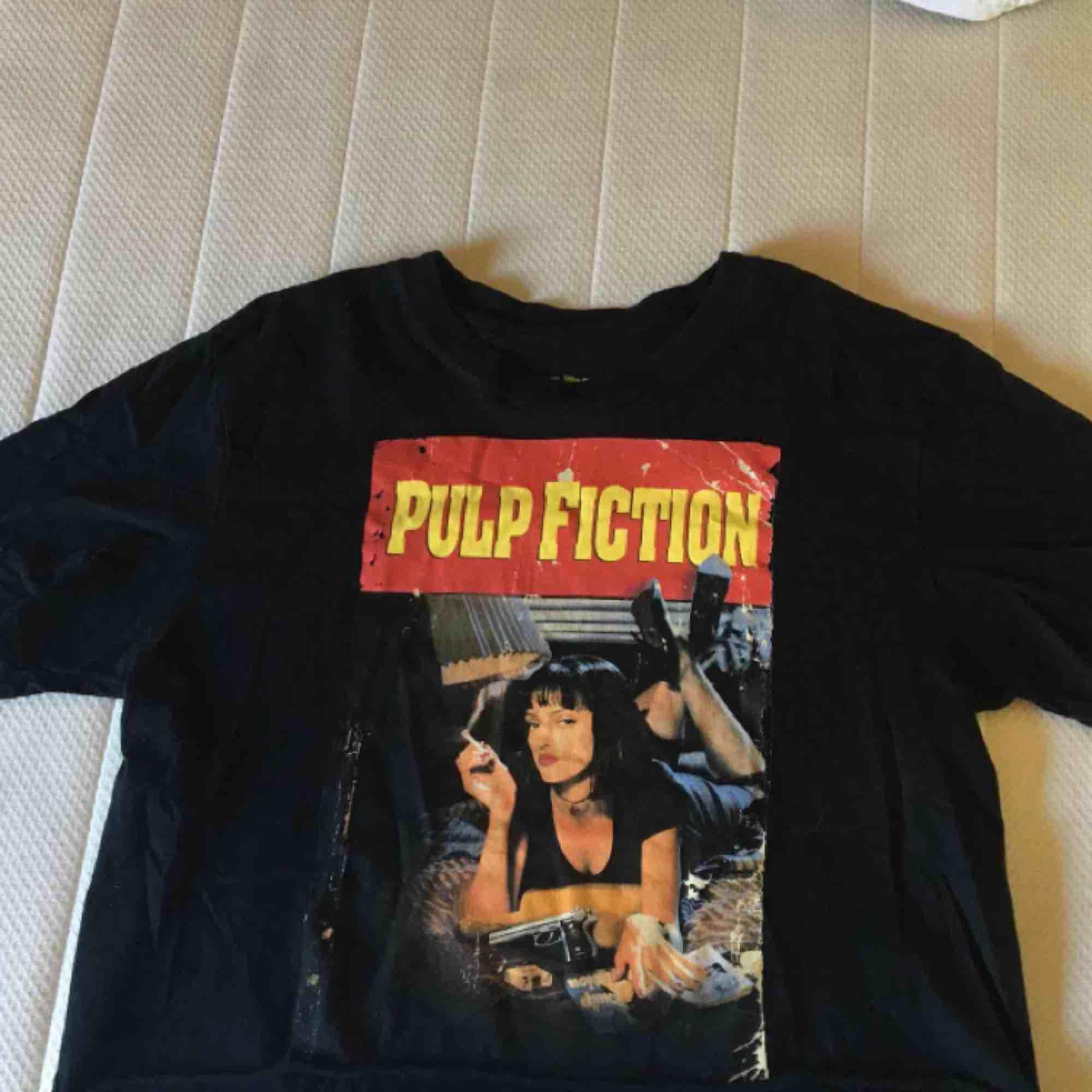 As snygg T-shirt med pulpfiction tryck. Frakt tillkommer. . T-shirts.