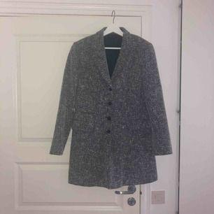 En grå jättefin kappa! Ingen aning vart den är ifrån men den är hel, fin och ren! Inget trasigt🌟🌷