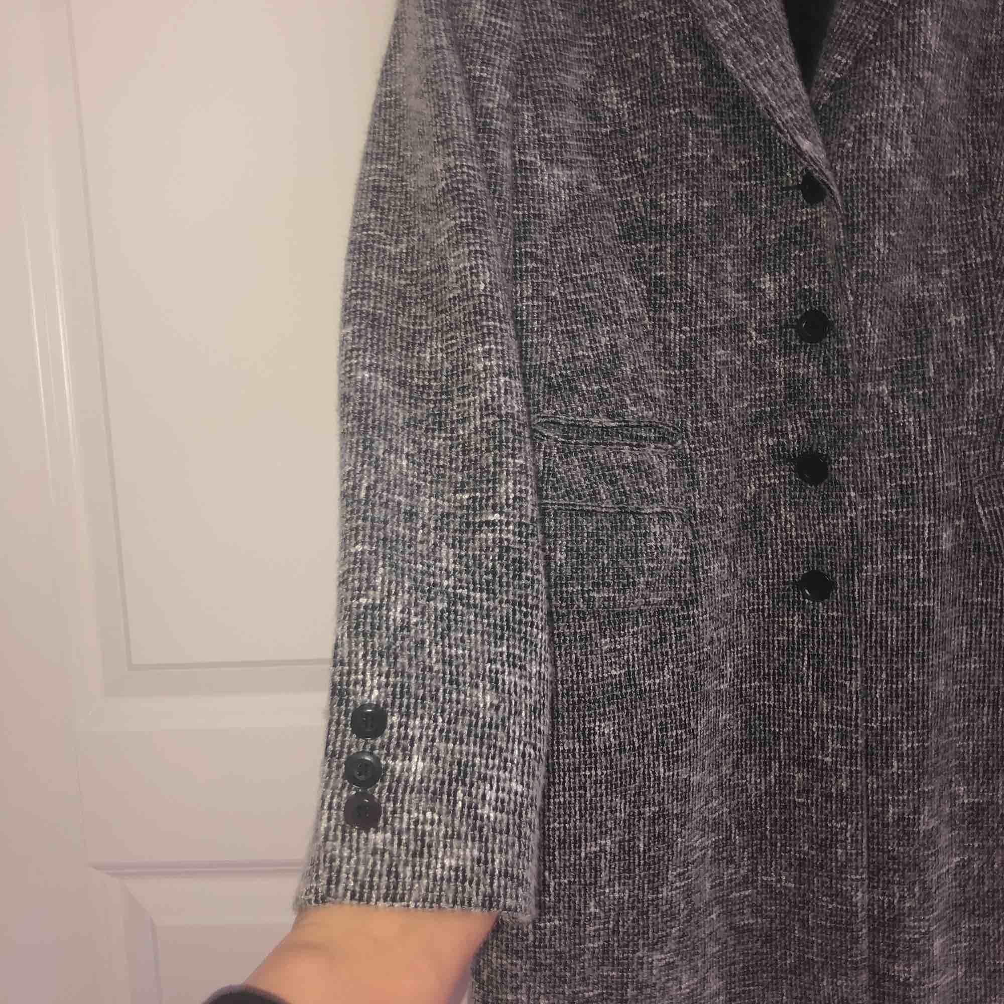 En grå jättefin kappa! Ingen aning vart den är ifrån men den är hel, fin och ren! Inget trasigt🌟🌷. Jackor.