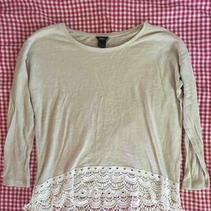 Beige stickad tröja med spetsdetaljer, knappt använd. Frakt ingår i priset!