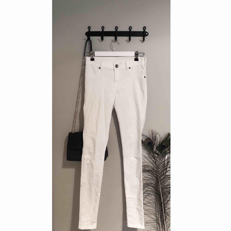Vita jeans med hög midja från DrDenim! Mycket stretchiga och sköna och passar perfekt för sommarens svalare dagar.   Kan mötas upp eller frakta, priset ovan är utan frakt.  Skriv om du har några funderingar! . Jeans & Byxor.