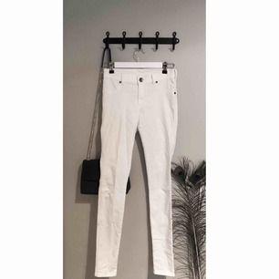 Vita jeans med hög midja från DrDenim! Mycket stretchiga och sköna och passar perfekt för sommarens svalare dagar.   Kan mötas upp eller frakta, priset ovan är utan frakt.  Skriv om du har några funderingar!