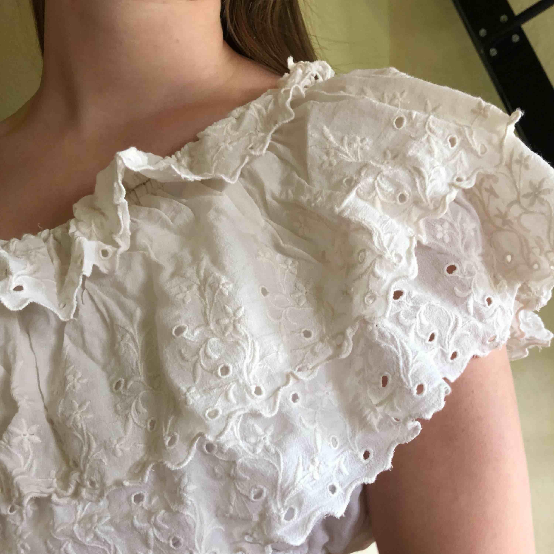En söt one shoulder top från Bik Bok! Lite ostruken på bilden men i bra skick! . Toppar.