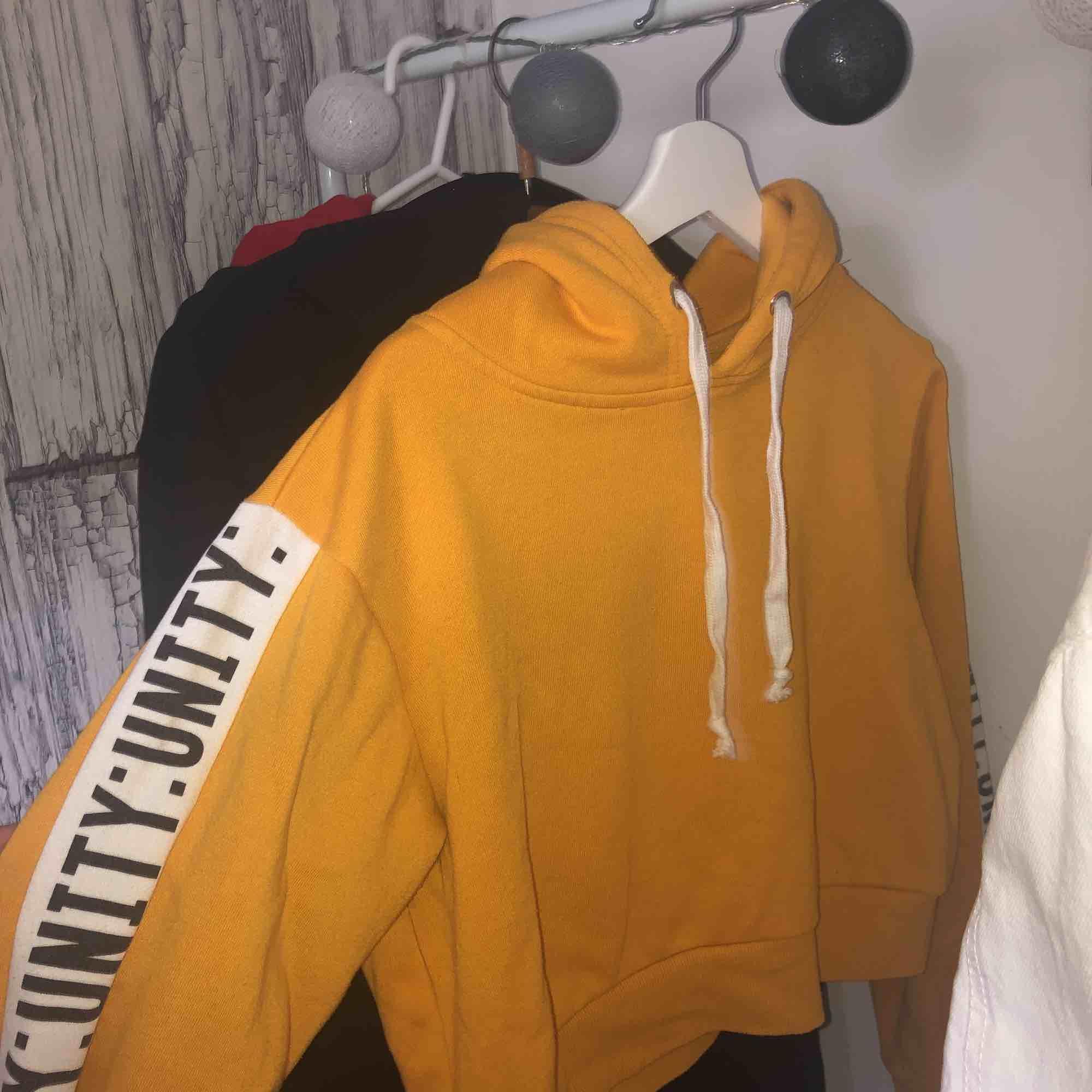 Kortare gul tröja med tryck på armarna från bikbok! Extremt fin men fel storlek för mig😢😢. Huvtröjor & Träningströjor.