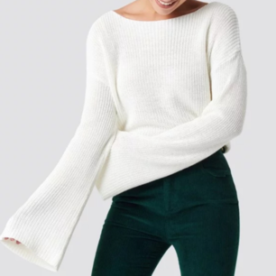 En jättesnygg vit stickad tröja från Nakd, perfekt inför hösten, säljs för 150 kr + frakt 😊 Nypris är 299 kr. Använde en bild från Nakds hemsida pga att hela tröjan var svår att få på bild, men kan eventuellt skicka fler bilder 🤗