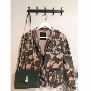 Cool jacka/kavaj i trendigt militärmönster som livar upp vilken outfit som helst!  Är av tunnare jeans-tyg med tryck framtill och små fickor med knappar.