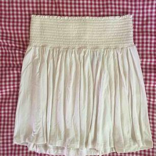 Söt gräddvit kjol med resår i midjan och i väldigt flowy och skönt tyg. Passar även m skulle jag säga då den är stretchig. Frakten är inräknad i priset 🌷
