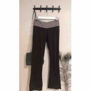 Yoga-byxor i skönt material med hög midja!  Något utsvänga nedtill.   Jag kan mötas upp eller frakta, frakt ingår dock inte i priset.