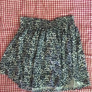 Underbart skön vit kjol med mörkblåa prickar. Den har resår i midjan och passar även lite större än m. Frakt inräknat i priset 👼🏻