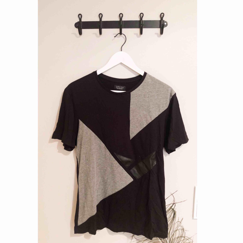 Tröja från Zara Man, snygga detaljer med olika material på de olika bitarna.  Använd 2 gånger!  Jag kan mötas upp eller frakta, frakten ingår inte i priset! . T-shirts.