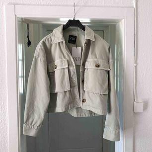 Mintgrön oversized jacka från Zara med beiga/bruna knappar 🌸  Aldrig använd, prislapp kvar 🌸  Storlek XS men eftersom den är oversized så är det en S ungefär🌸  säljer pga att jag inte kommer få användning för den🌸