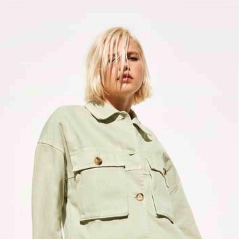 Mintgrön oversized jacka från Zara med beiga/bruna knappar 🌸  Aldrig använd, prislapp kvar 🌸  Storlek XS men eftersom den är oversized så är det en S ungefär🌸  säljer pga att jag inte kommer få användning för den🌸 . Jackor.
