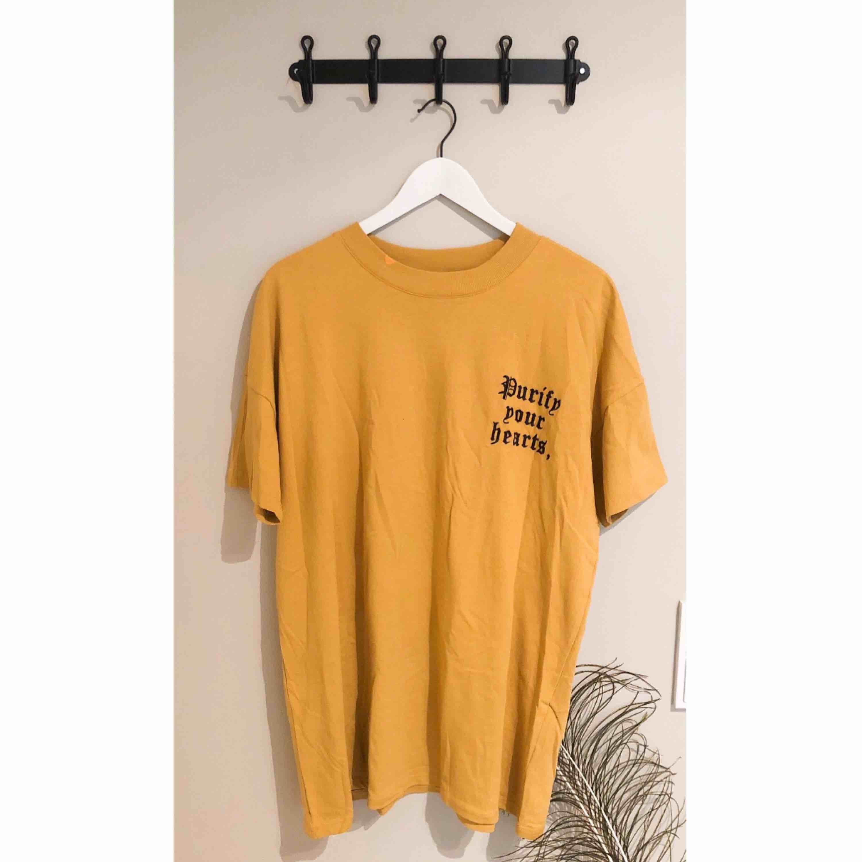 Oversized t-shirt i trendiga färgen senapsgul!  Har tryck fram på bröstet och baktill på ryggen.   Kan mötas upp eller frakta, frakt ingår dock inte i priset! . T-shirts.