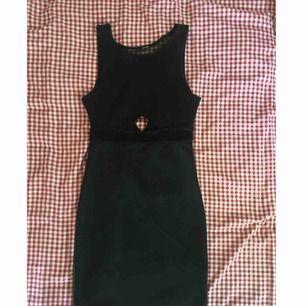 Jätteskön svart tight klänning med fishnet detaljer och korta ärmar. Knappt använd och i jättefint skick. Lappen är avklippt men förutom det är den intakt. Frakten är inräknad i priset 👼🏻