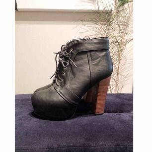 Snygga skor från Tiamo, ska lika Jeffrey Campbell, dock tycker jag dessa är mer snälla mot fötterna!  Har använts ett fåtal gånger! Klack och sula är hela!   Kan mötas upp eller frakta, dock ingår inte frakt i priset.