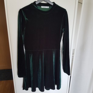 Grön sammetsklänning från Clara Henrys märke. Knappt använd så i bra skick🌿