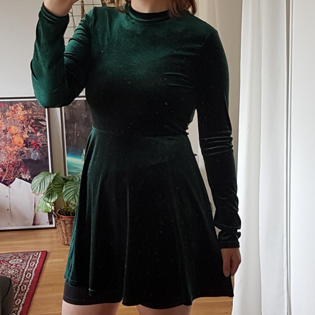 Grön sammetsklänning från Clara Henrys märke. Knappt använd så i bra skick🌿. Klänningar.