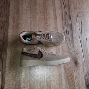 Nike Air Forces 1 low. Köpte dom i en storlek för liten. Aldrig använda. Helt nya. Frakt ingår