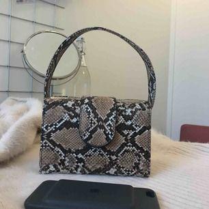 Öppens i båda sidorna.  Får plats med mobil, nyckel , korthållare , läppstift och handcream ...   Jätte fin väska som passar till det mesta . 🧡 I ny skick !