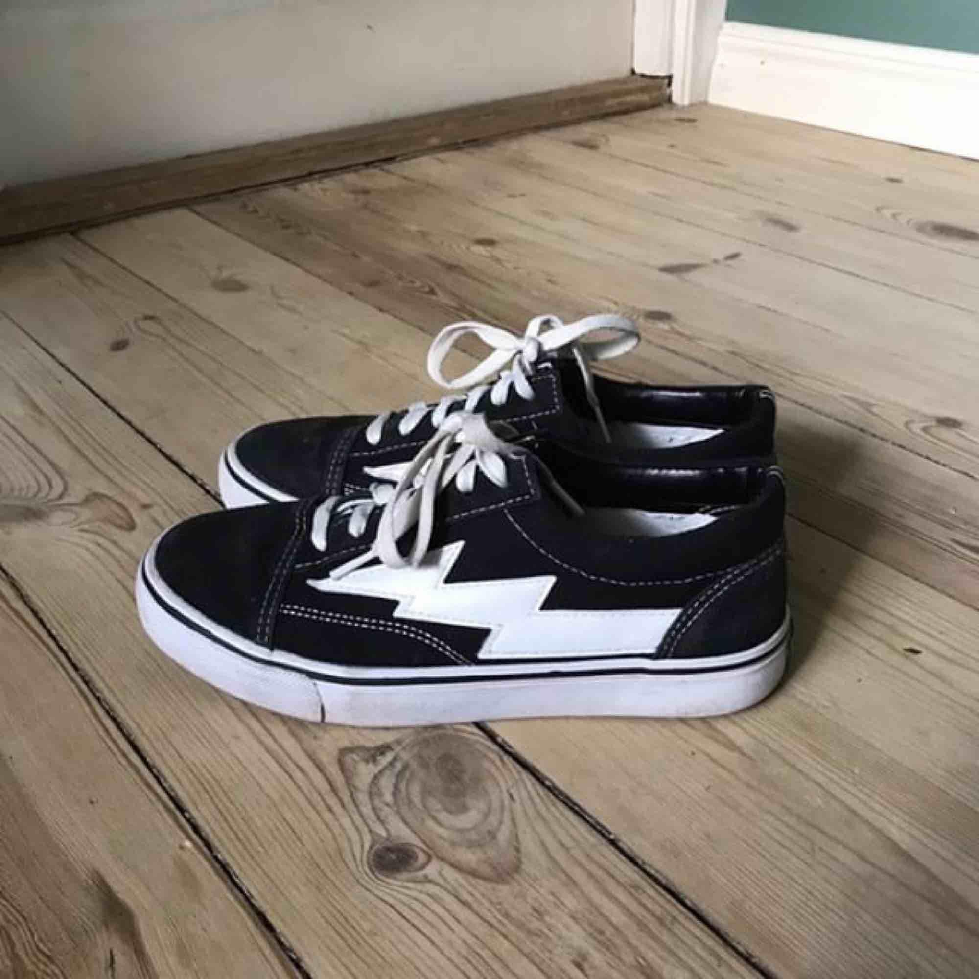 Säljer mina gamla revenge x storm skor (inte äkta). Är använda men är i mycket bra skick, kan mötas i Sthlm eller skicka 👼🏼. Skor.