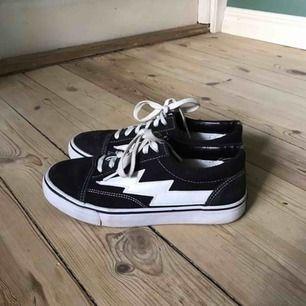 Säljer mina gamla revenge x storm skor (inte äkta). Är använda men är i mycket bra skick, kan mötas i Sthlm eller skicka 👼🏼