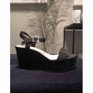 Snygga platåskor från NewLook i sammet!  Plattformen är cirka 3 cm hög, så skorna är inte svåra att gå i!  Passar i princip till alla kläder!