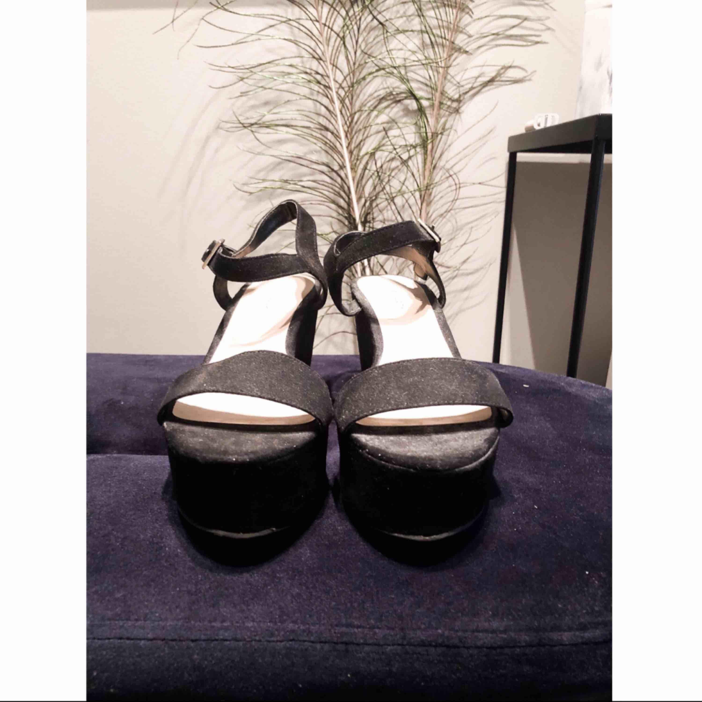 Snygga platåskor från NewLook i sammet!  Plattformen är cirka 3 cm hög, så skorna är inte svåra att gå i!  Passar i princip till alla kläder! . Skor.