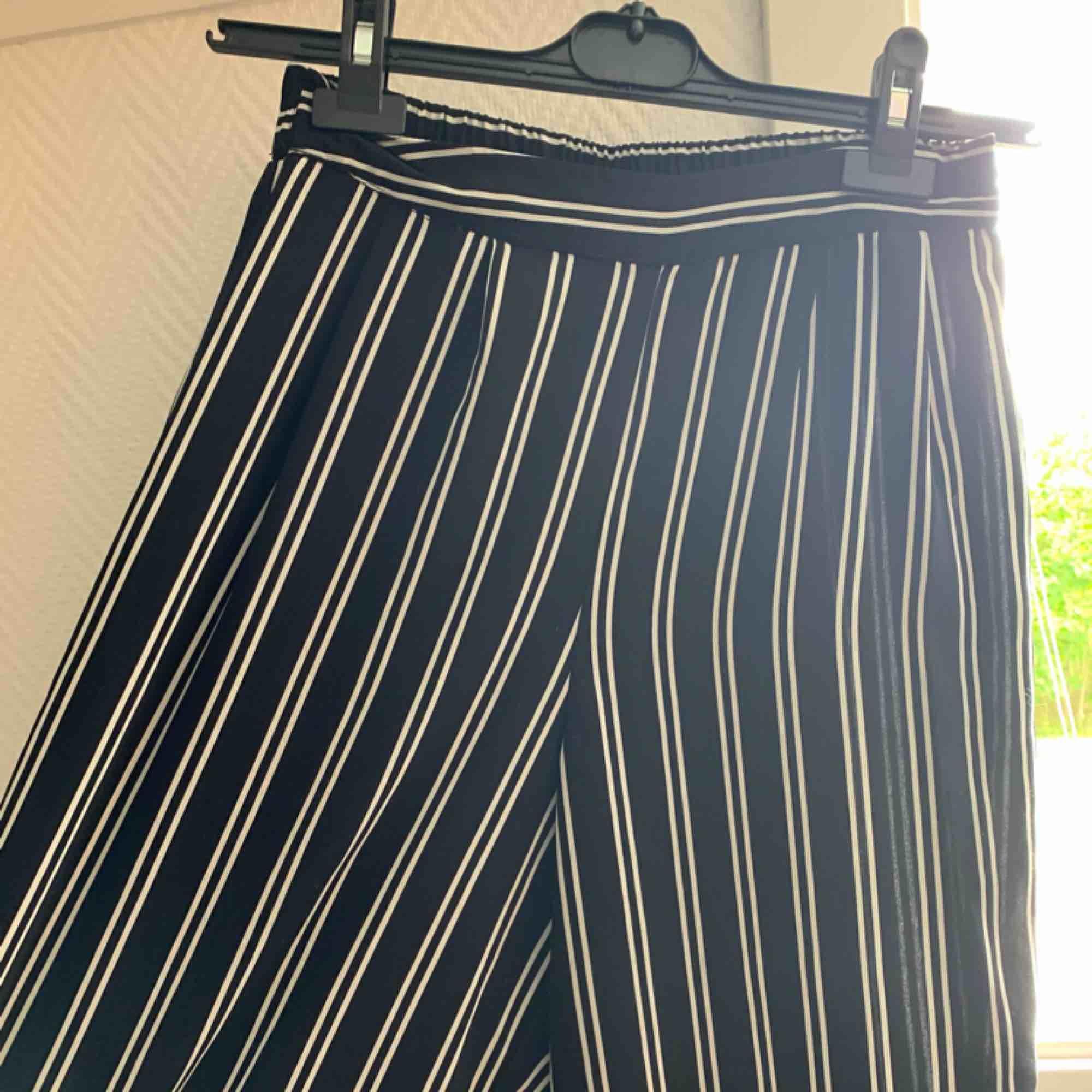Randiga byxor från Bikbok, använda men i jättebra skick!! . Jeans & Byxor.