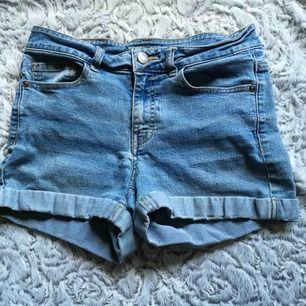 Ljusblå superfina sköna shorts, stretch o tighta. Knappt använda och köpta förra sommaren från Noisy may. Nypris 250, pris kan diskuteras🤩🥰