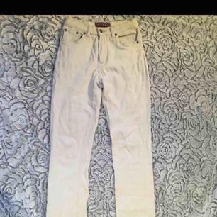 Fina vit beiga jeans. Små tecken på användning. Längden är perfekt för någon runt 160 och XS, pris kan diskuteras🥰💫