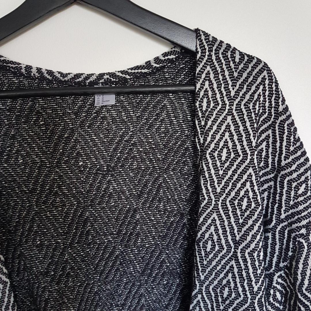 Stickad kofta i coolt mönster, knappt använd🌿 . Tröjor & Koftor.