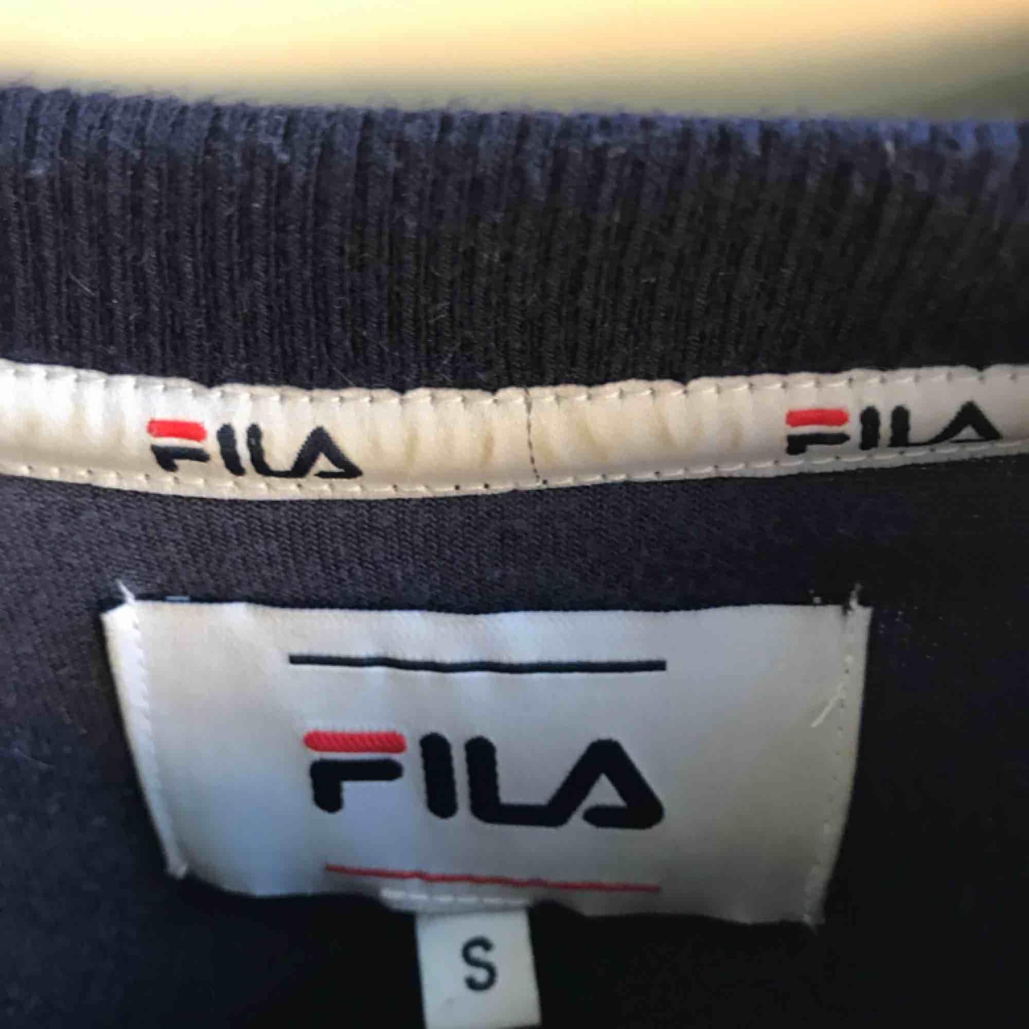 En mörkblå fila i plysch tröja i mycket fint skick, använt ett fåtal gånger, säljer för att jag aldrig använder den längre, köpt på urban outiftters. . Tröjor & Koftor.
