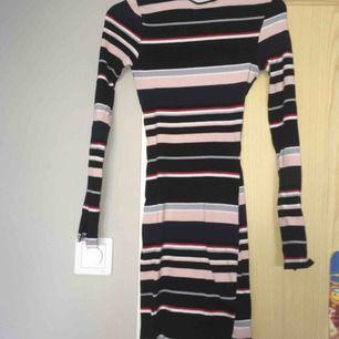 En randig klänning i bra skick, säljer för den kommer inte till användning längre. Den är storlek 32 men är väldigt stretchig. Frakt tillkommer🥰 divied. Kan mötas upp!