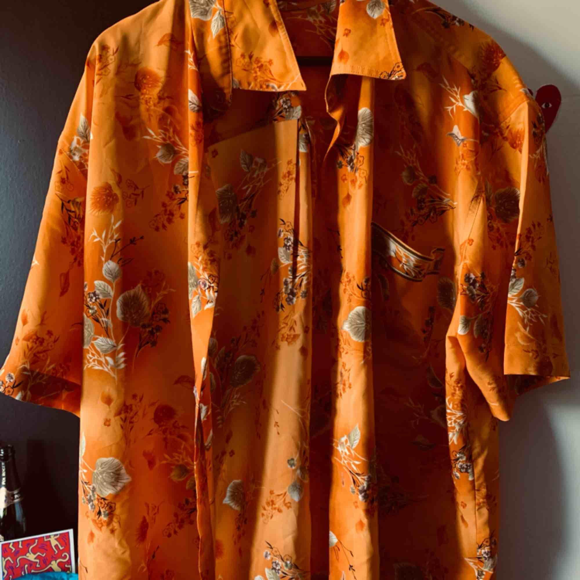 Osäker på storleken (runt L-XL beroende på om man vill ha den lite oversize) men en orange silkesskjorta från Pick and weigh i Berlin. Bra skick!. Skjortor.