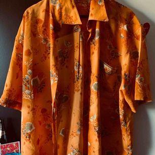 Osäker på storleken (runt L-XL beroende på om man vill ha den lite oversize) men en orange silkesskjorta från Pick and weigh i Berlin. Bra skick!