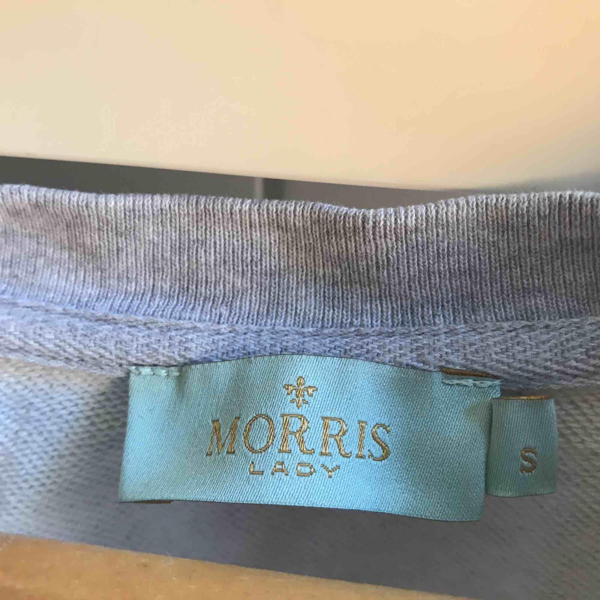 En grå äkta Morris sweatshirt i fint skick, använt fåtal gånger men används ej längre, säljer för att den kan nog bli använd mer än vad den har använts. Nypriset var ca 900kr. Tröjor & Koftor.