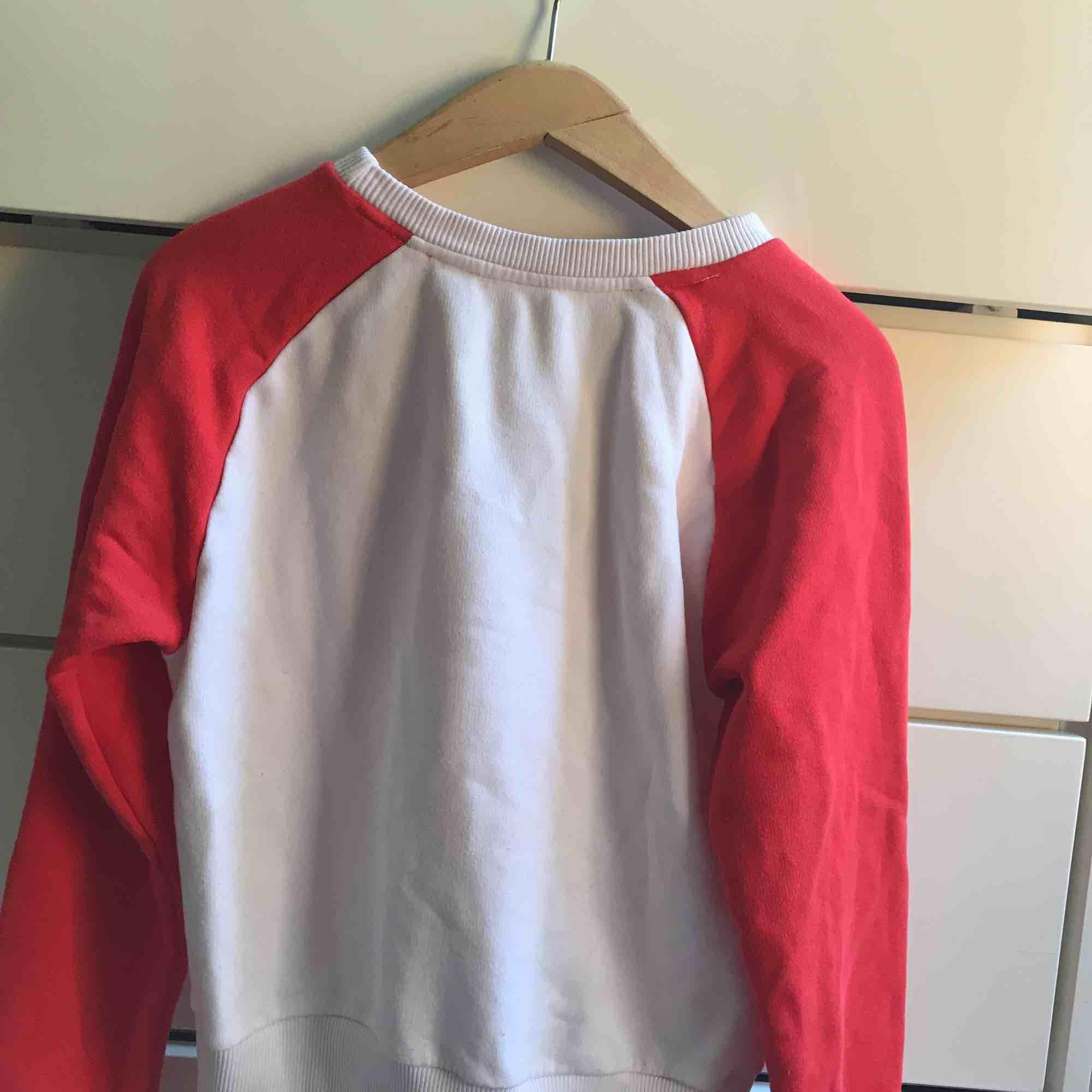 En röd och vit pumatröja, denna tröja är riktigt ball och funkar till det mesta riktigt snyggt med ett par vita jeans, användes ej längre, storleken dock är mindre än M passar nog S/XS bättre . Tröjor & Koftor.