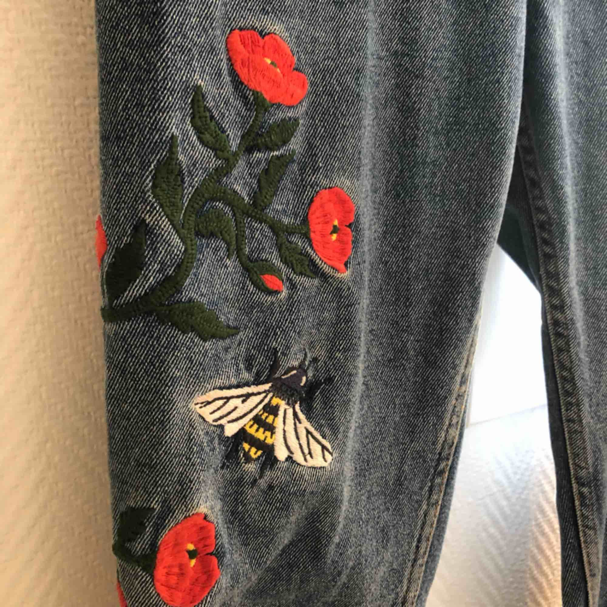 Byxor från monki med jättesöta broderier, använda men i bra skick. . Jeans & Byxor.
