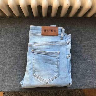 Ljusblå tjata jeans från NAKD med ett vagt streck i mitten av byxorna, storlek 38, använda 2-3 gånger