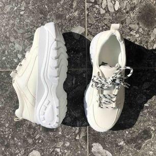 Oanvända skor. Ganska små i storleken.Säljer två par likadana skor i samma storlek men går även att köpa ett par av dem👍 frakt tillkommer.  Ett par kostar 170kr och två par 300kr✨