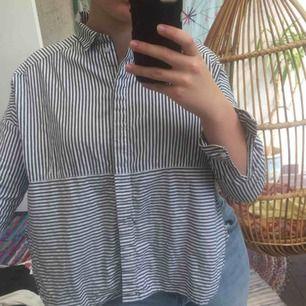 Super fin skjorta med slitt på sidorna som skit snygg detalj, köpt på monki för ett tag sedan men bara använd fåtal gånger, köpare står för frakt <3