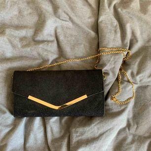 Snygg väska som även kan användas som en clutch med detaljer i guld. Endast använd några gånger så i bra skick. Köpare står för frakt