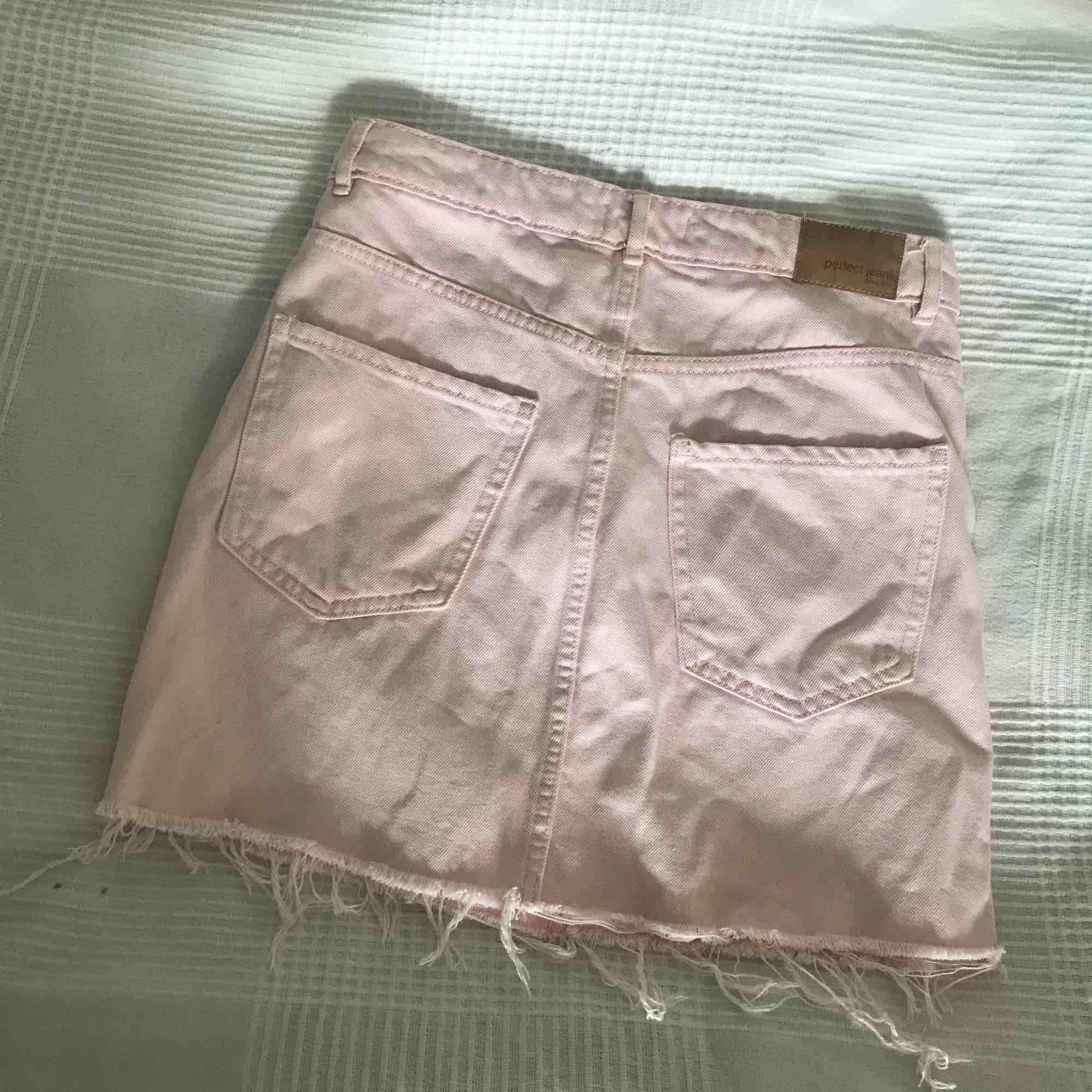 Rosa jeanskjol från Gina tricot. Felfritt skick.  Frakt: 55kr. . Kjolar.