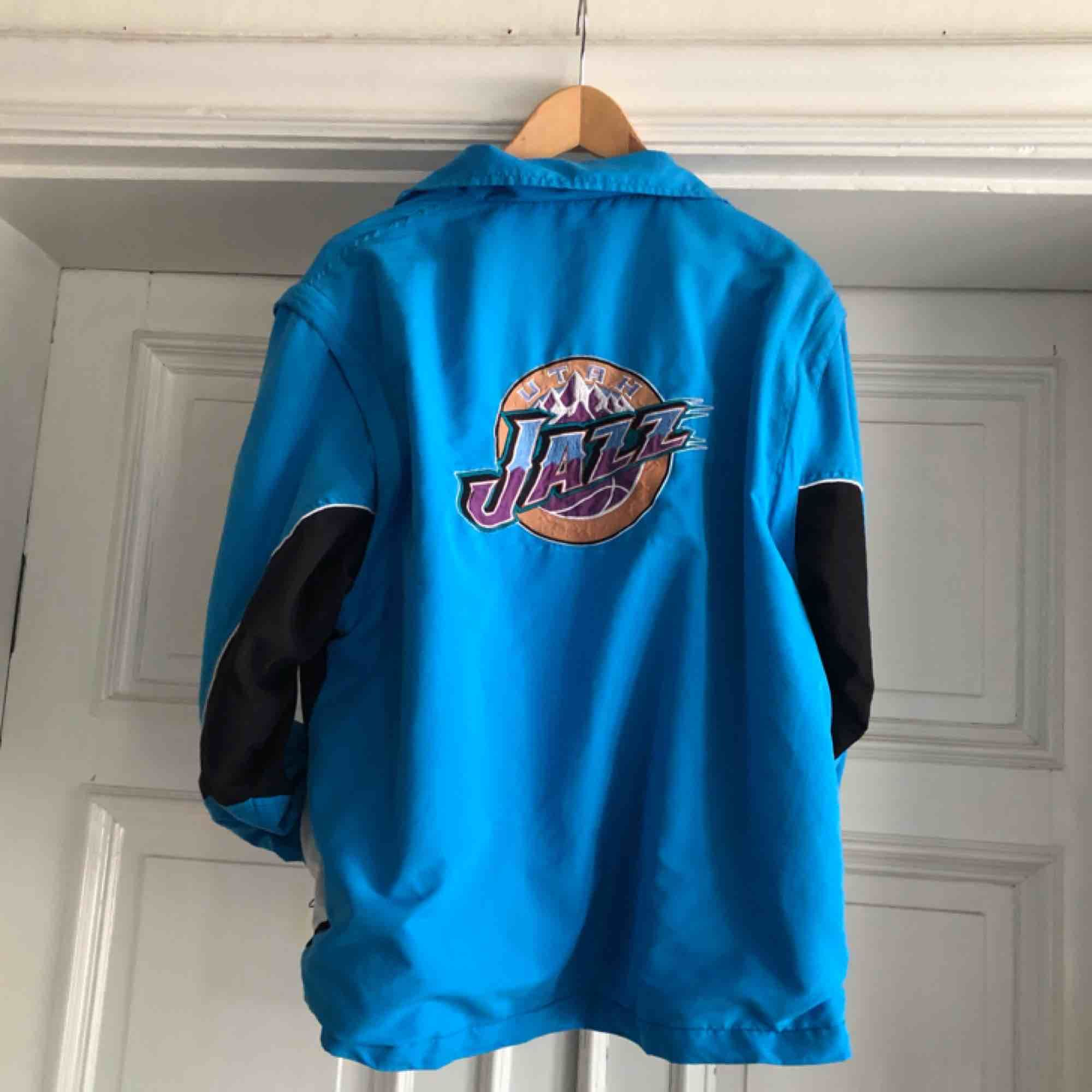 Vintage Utah Jazz NBA jacka med avtagbara armar. Broderade detaljer på rygg, bröst och arm. Uppskattningsvis från början av 90 talet. Väl använd med en del slitage - Medium - 450 SEK #forsale #secondhand #vintageclothes . Jackor.