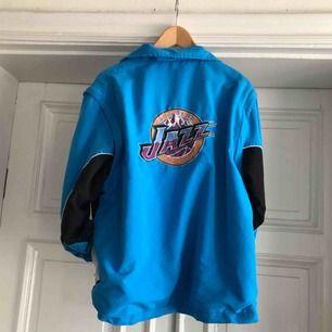 Vintage Utah Jazz NBA jacka med avtagbara armar. Broderade detaljer på rygg, bröst och arm. Uppskattningsvis från början av 90 talet. Väl använd med en del slitage - Medium - 450 SEK #forsale #secondhand #vintageclothes