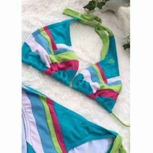 Snygg bikini från BillaBong i storlek S, kan även passa mindre M. Sparsamt använd.  Liten fläck bandet uppe vid nacken men inget som syns när man har den på. Frakt ingår i priset.